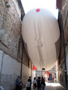 Héctor Zamora, Sciame di dirigibili, 2009. Stuck inflatable Zeppelin.